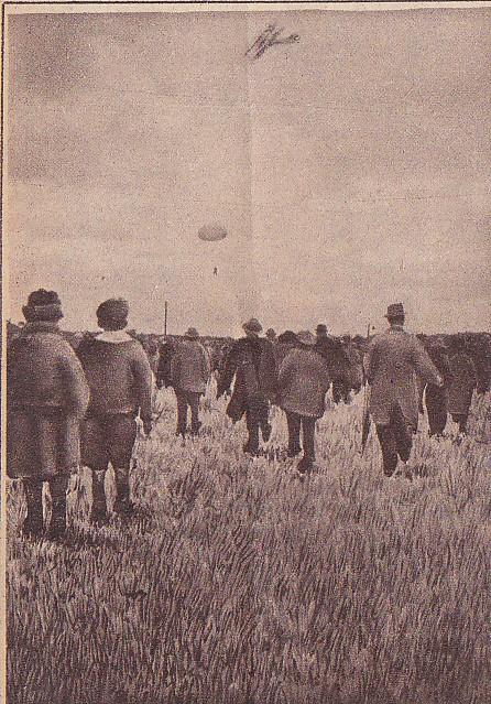 Parachutist Huizinga bezig met zijn sprong (Collectie Hans Klok)